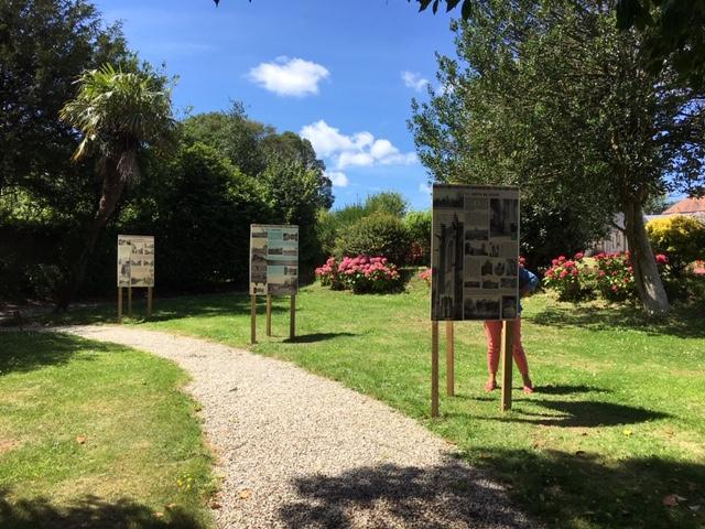 Exposition dans le jardin du musée Barbey d'Aurévilly